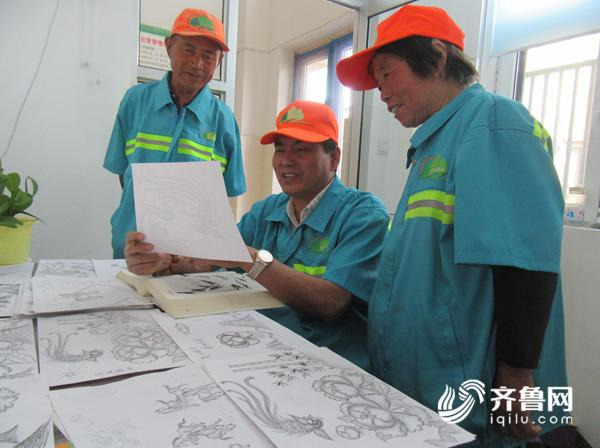 2崔树桐(中)向同事展示自己的作品.JPG