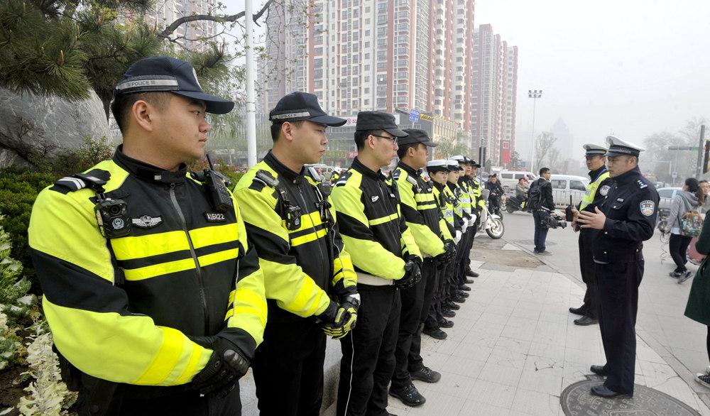 济南交警整治非机动车违规行为 自行车闯红灯将罚款