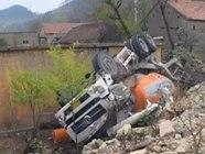 40吨卡车撞坏枣庄民房砸出俩窟窿 12岁少年正在屋内