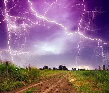 威海一村房电线存隐患 八旬老人雨天引雷击