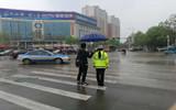 聊城警花雨中执勤保畅通 过路小伙为其撑伞3分钟