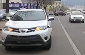 """18秒 烟台""""出租车""""撞上私家车 一脚油门跑了"""