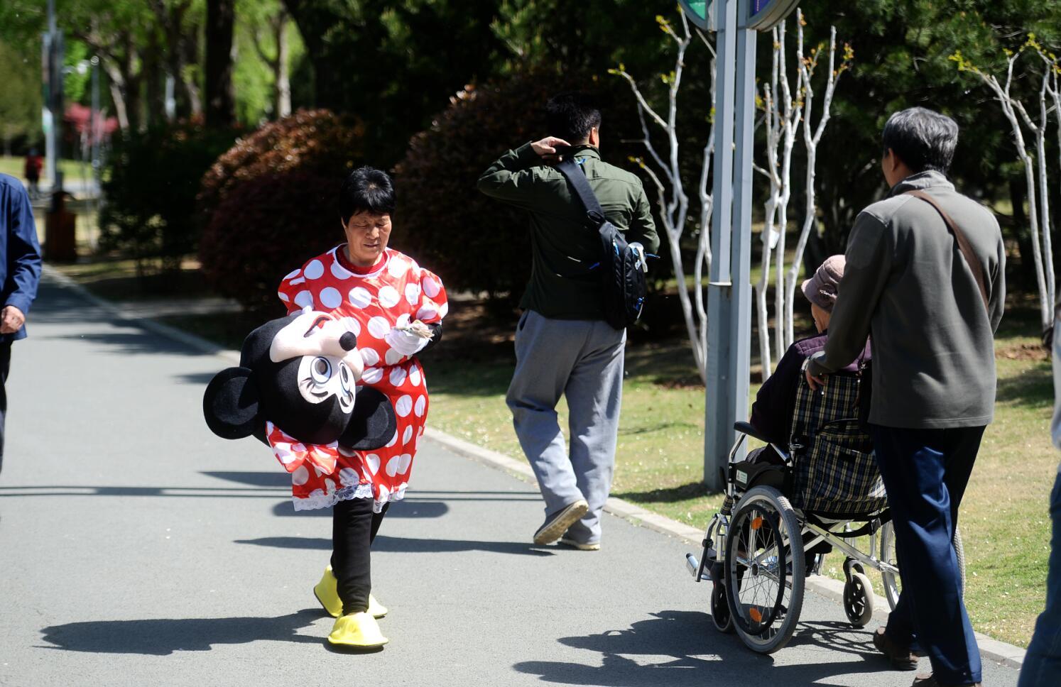 济南:为给儿媳筹款治病  70岁老奶奶扮米老鼠合影