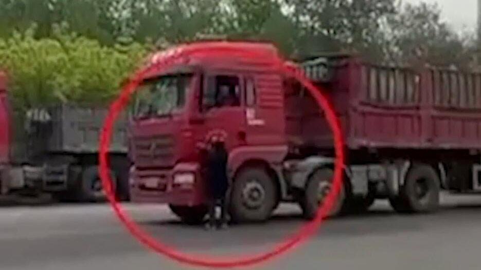 33秒|淄博男子舍命逼停大货车 只为要根烟
