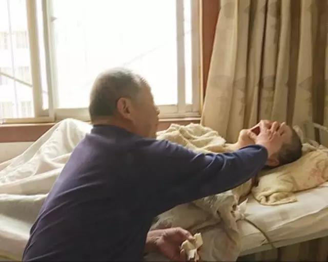 88秒|不离不弃!媳妇瘫痪31年,他一直在身旁照料