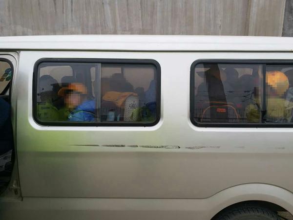 """青岛:5座面包车塞入14名学生 """"黑校车""""车主吃万元罚单"""