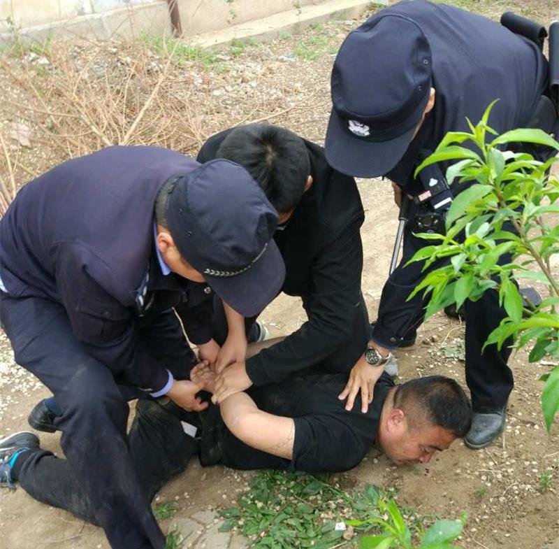 酒后打人逃匿 安丘男子被警方追赶千余米累倒在地