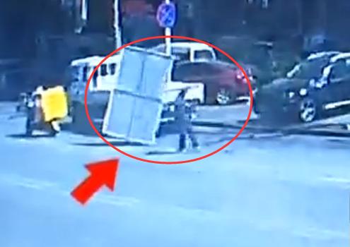 38秒 | 惊险!青岛一小区指示牌横飞 两辆车受损险些砸中路人