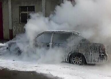 17秒|济南:桑塔纳2000行驶中着火 还有俩月到报废期