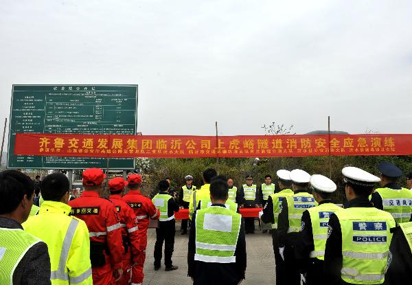 临沂市高速公路举行隧道消防安全应急演练