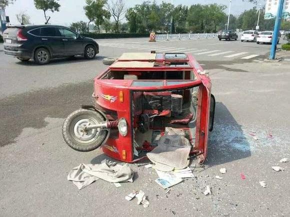 46秒|三轮车惹大事故 4岁男童卷入车底