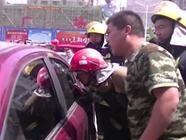 95秒|手起刀落,看消防兵如何破车窗救人,技术活儿