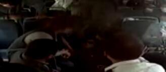 28秒|女子公交车上晕倒 全车人满满的正能量