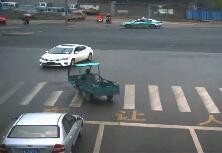 ?7秒|济南三轮车闯红灯惨酿车祸 挡风玻璃扎入司机面部