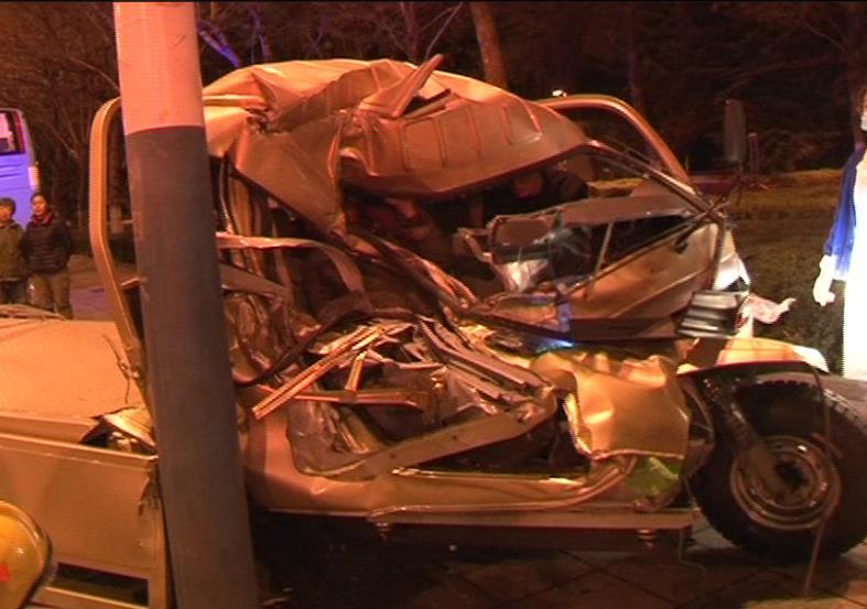 120秒|威海车祸一人被困 消防官兵剪断车框架救人