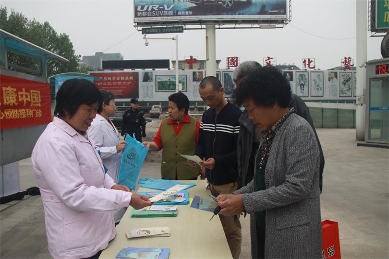 青州市人民医院儿童预防接种日走上街头宣传