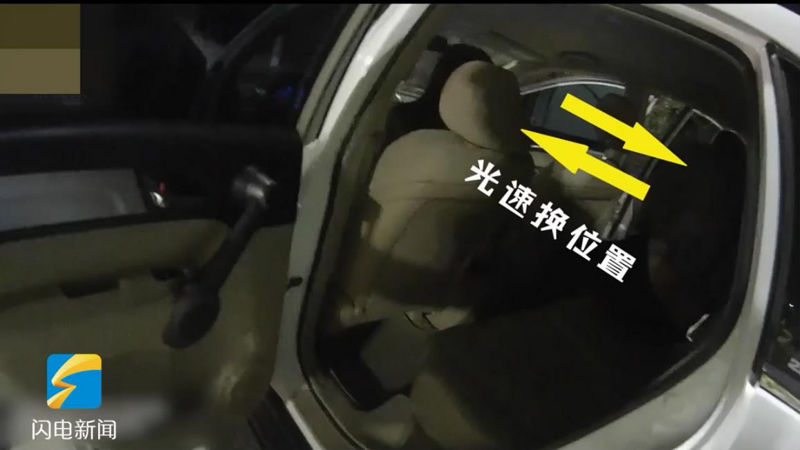 51秒|无证驾车遇查,司机和他媳妇立即做了此事