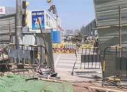 济南一奥迪车逃避警方检查 碾压多辆电动车撞向路边超市