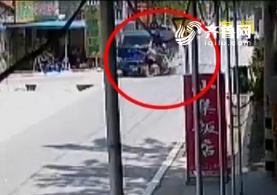 40秒|两相遇不相让 货车失控冲进民房三轮车翻入水沟