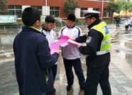 泰安岱岳交警进学校举行交通安全宣传活动