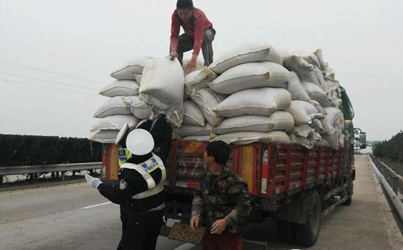 威青高速大货车拉麦麸散落一地  民警:不罚你,帮你