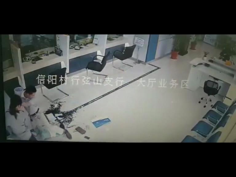 信阳银行填单台压死2岁女孩 深刻教训是什么