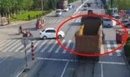 60秒 | 临沂男子骑摩托被卷入车底 辅警钻车底救人