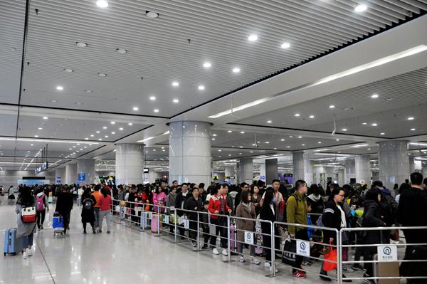 青岛地铁五一小长假运送乘客70万人次