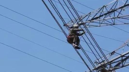 """""""高空上的舞者""""王进:为干电力作业瞒了父母10年"""