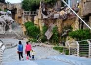 潍坊虞河东岸一处假山部分山体坍塌 碎石悬在半空