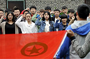 五四青年节,郯城这些年轻人走到烈士像前重温入团誓词
