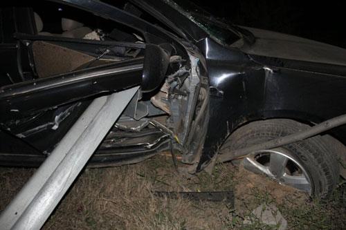 滨州一半挂车夜晚开远光 致轿车撞护栏