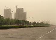 一路南袭的沙尘暴已达滨州 天色暗黄扬沙满天