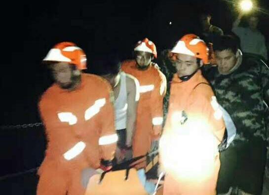 游客脚部摔伤被困山顶 青州消防夜间出动成功解救
