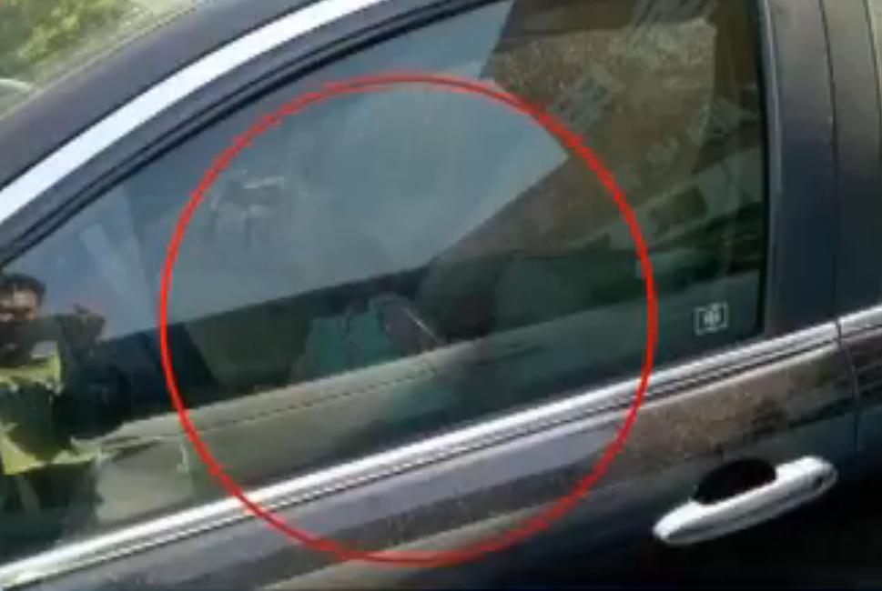 急!兖州1岁婴儿被反锁车内 辅警争分夺秒施救