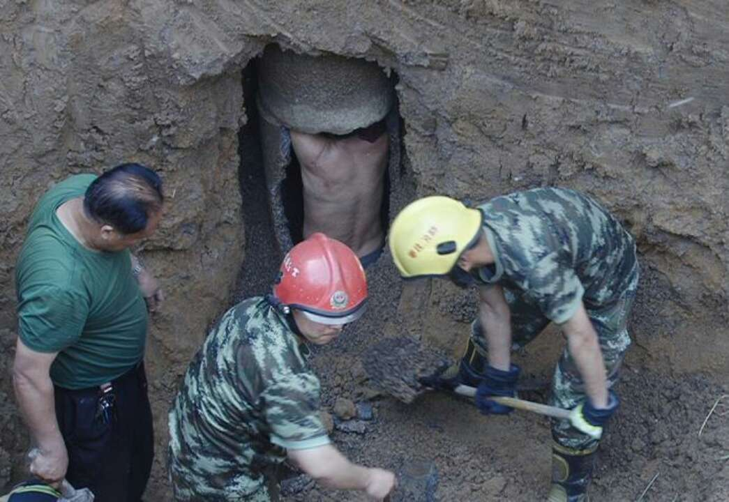 生死救援!枣庄一男子轻生跳入六米深井 消防两小时成功营救