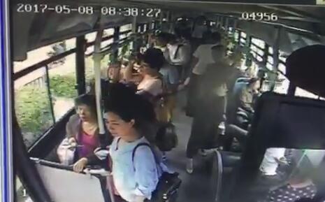 济南一女子公交车上突然晕倒 司机乘客齐施救