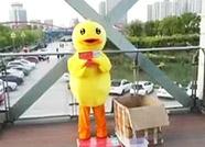 德州母亲扮小黄鸭广场跳舞,只为给白血病儿子筹医药费