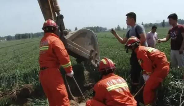 81秒 滕州男子跳抽水井脖子被卡 消防人工破拆救命