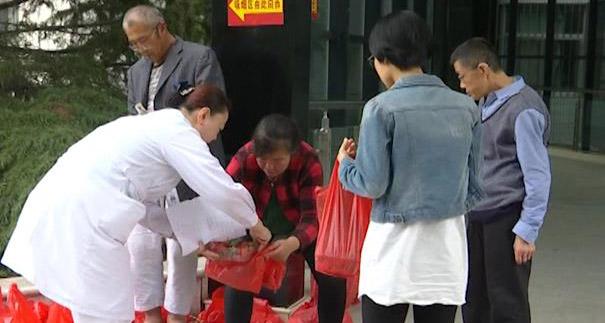 111秒|平度小伙遭车祸家中草莓滞销,好护士帮忙3天卖出两百盒