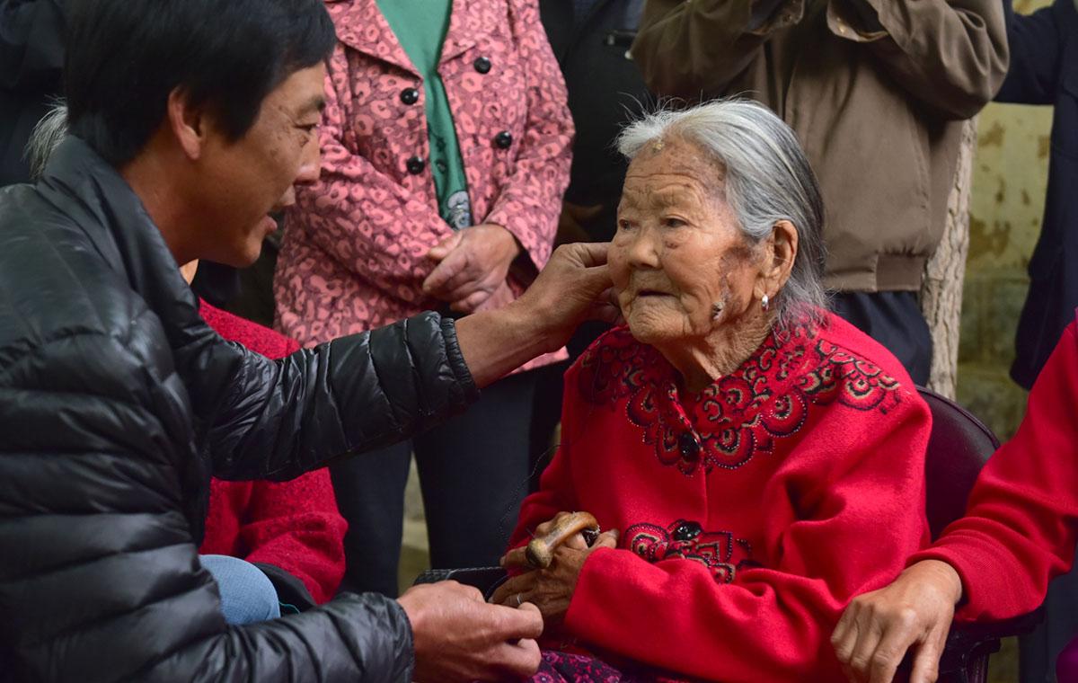 临沂英雄母亲百岁寿诞 五世同堂百余子孙贺寿