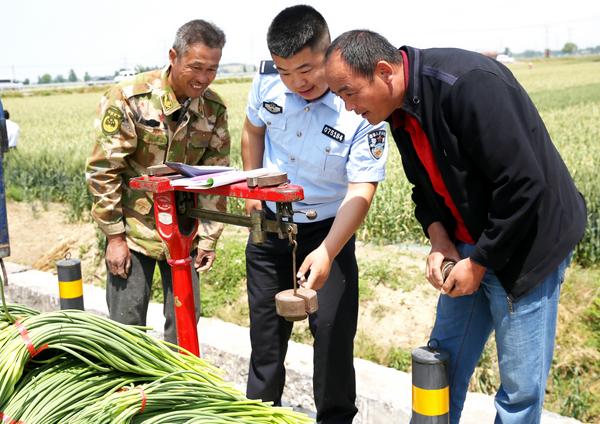 """兰陵县公安局打响""""蒜薹保卫战 为经济发展保驾护航"""