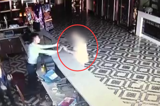烟台男子砸歌厅吧台 称没矛盾只是酒后失控