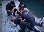 济南一男子酒后失足落水,保安跳水救人,还示范起救人技巧