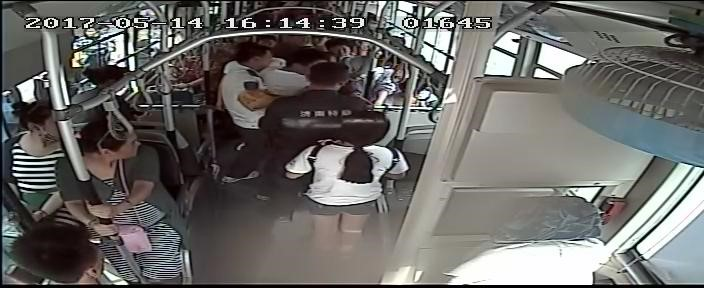 """济南:乘客突然晕倒  公交车""""闯红灯""""送医院"""