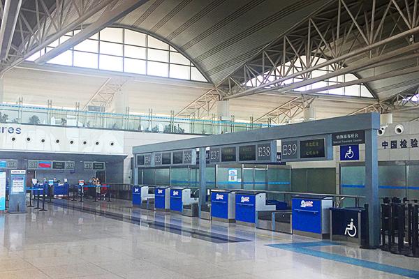 青岛机场国际出发大厅值机新柜台投入使用