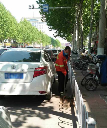 临沂:医院门前排队停车 环卫工人插空清理路面垃圾