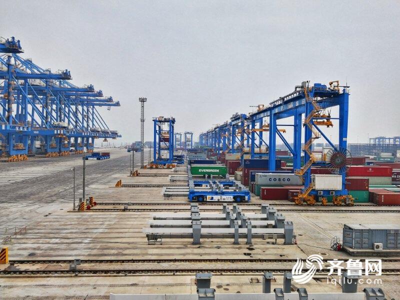 齐鲁网青岛5月16日讯(记者 亓子涵)一带一路国家战略不仅仅是把陆地整合在一起,也要把海洋连接起来。习近平总书记指出:写好海上丝绸之路新篇章,港口建设和港口经济很重要。亚洲首个全自动无人码头5月11日在青岛投入使用已经接近一周,首周完成了第一轮的货物收发,整体运行情况良好。 全自动化码头分为收发陆地货物的陆侧和收发海上货物的海侧,整个码头货区24小时无人化运转,空无一人却又井然有序,在记者实地蹲守的24小时里,不论白天夜晚,都不断有货车司机在陆侧自助收发货物。还是别让人服务我了吧,我自己操作更方