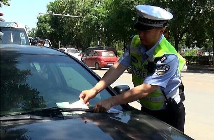 济南禁停道路整治首日依然有车停放,1150辆车被罚