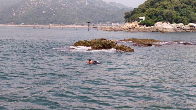 108秒丨女子被困烟台岛礁挥塑料袋求救 民警海上救援